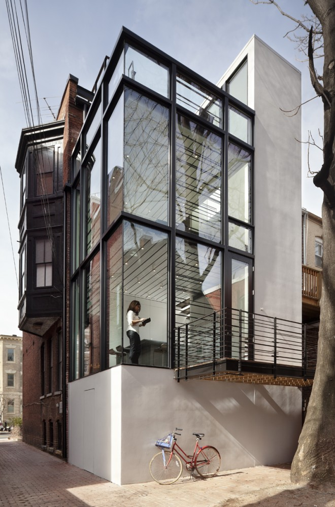 Townhouse Center - Rowhouse Addition in Washington Combines Glass