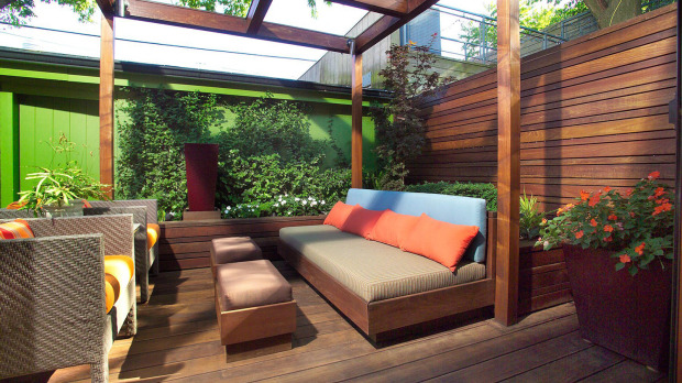 Townhouse center small toronto rowhouse yards challenge for Row house garden design